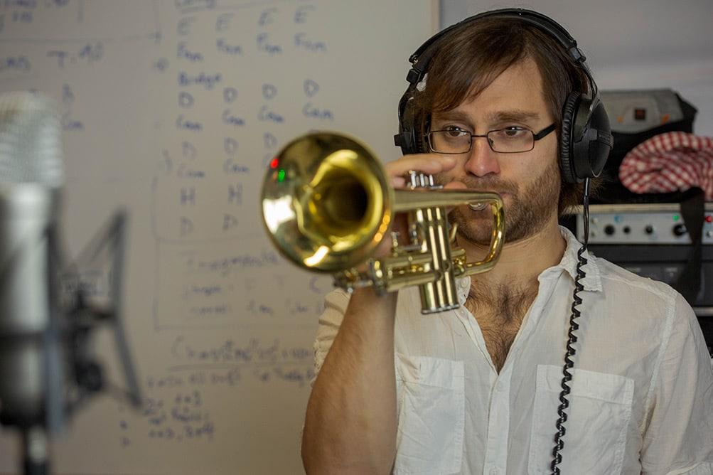 Trompetenspielen am Aufnehmen im Tonstudio