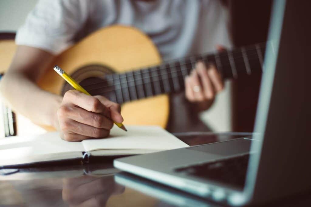 Schreibe so viel wie möglich auf beim Songwriting!